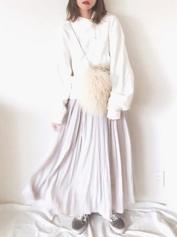 グレーのヴァンズスニーカーとサテンロングスカートで甘辛ミックスのコーディネート。ぽってり袖が可愛いパーカーやファー素材のふわふわショルダーをあわせて、愛らしい着こなしになっています。