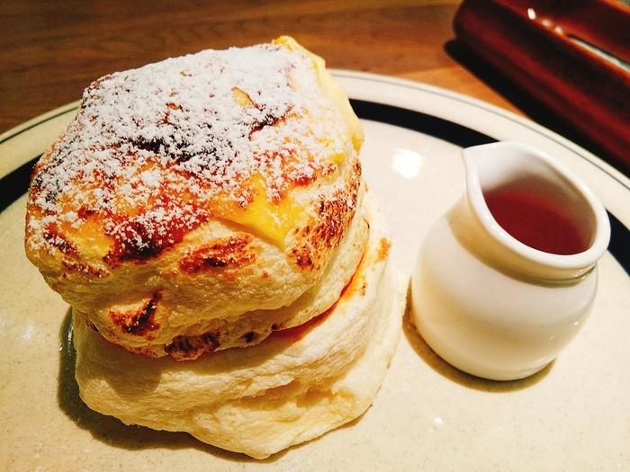 テレビでも紹介されて話題となっている「ブリュレパンケーキ」。表面がキャラメリゼしてあり、ふわふわのパンケーキ生地との食感の違いが楽しめますよ。