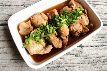 レンジで加熱するだけでしっかり味が染み込む、鶏むね肉のポン酢煮びたし。作り置きにして時間をおくことで、より味が染み込みます。