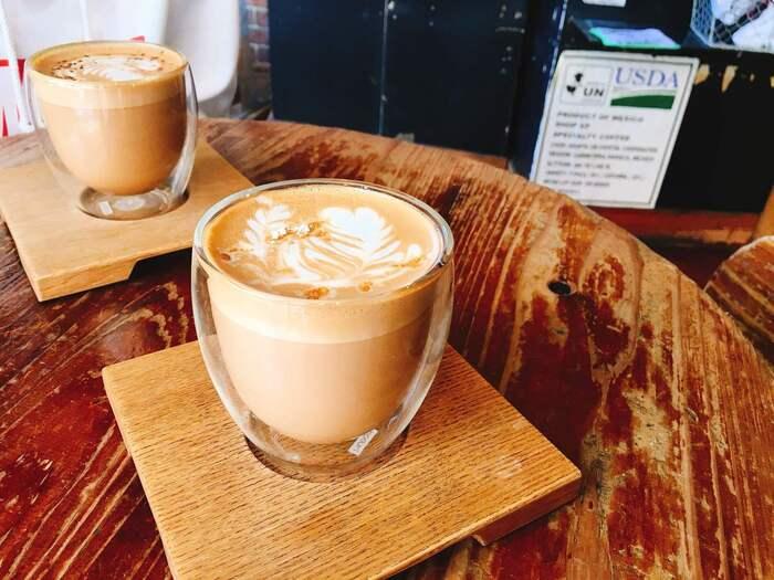 自社焙煎所「オオカミロースターズ」で焙煎したコーヒー豆を使っています。一杯ずつ丁寧に淹れられたスペシャルティコーヒーは格別。定番のエスプレッソやアメリカーノ、マヌラテの他に、モグワイ、ウグイス、ジャンティークなどのユニークな名前のコーヒーなど種類も豊富。