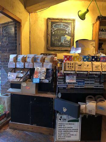 ドリンクやフード以外にも、自家焙煎のコーヒー豆やマグカップの販売もしています。こちらでは、環境への取り組みも積極的に行っていて、プラスチック製のカップやストローなどをリサイクルしゴミを削減しています。