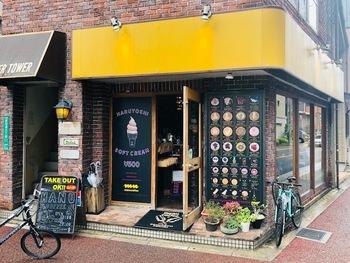 """「manu coffee」は、大名、柳橋、薬院にも店舗がある福岡の有名コーヒーショップです。店名には""""manufacture=手を使って作る""""という意味があり、コーヒーに対する真摯な思いを感じさせます。"""