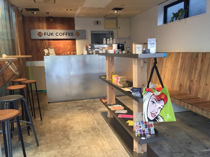 洗練されたおしゃれな店内は、一人でふらりと立ち寄りやすい雰囲気です。椅子やベンチの数が少なめの人気店なので、タイミングによっては座れないことも。コーヒーはテイクアウトもできるので、街歩きのお供におすすめです。