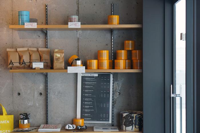 コーヒー豆やオリジナルグッズも販売しています。洗練されたおしゃれなデザインは、ちょっとしたプレゼントにも喜ばれそう。