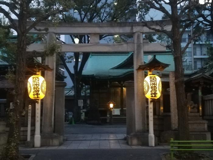 鐵砲洲稲荷神社は、東京都中央区にある平安時代創建の長い歴史を持つ神社です。富士山の熔岩を用いた区内唯一の富士塚があることでも知られ、頂上には末社鉄砲洲富士浅間神社が鎮座しています。 境内には針塚があり、特注の巨大豆腐に折れた針を刺していく針供養は毎年恒例の年中行事です。 【住所】東京都中央区湊1-6-7 【アクセス】JR京葉線・東京メトロ日比谷線「八丁堀」駅より徒歩5分 ほか