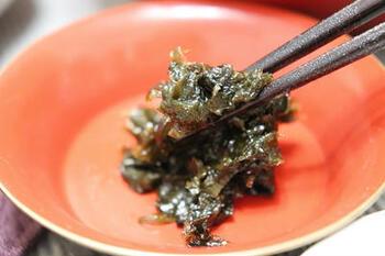 葉唐昆布を混ぜ合わせた海苔の佃煮です。じっくり火を入れていくことで、ふんわりと仕上がります。お弁当にすこし入っていると嬉しくなる味わいです。