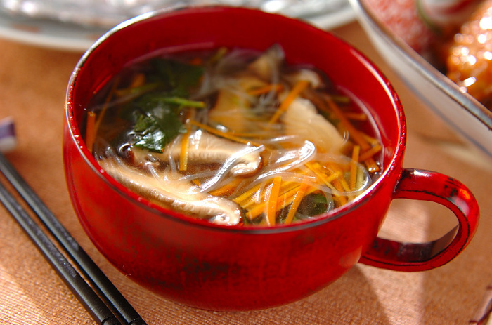 忙しくて時間がない朝も、春雨スープをぱぱっと作れば元気に出発できるでしょう。お弁当に添えたり、夕ごはんに合わせたりと、どの献立にも取り入れやすいのが春雨スープの魅力。お腹が空いたときのおやつにも良いでしょう。つるりとのど越し良く、ほっこりできる春雨スープは、一度食べればハマってしまうこと間違いなし♪