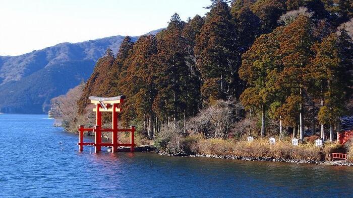 芦ノ湖にそびえたつ朱色の鳥居は、箱根神社の平和の鳥居です。上皇陛下の立太子礼とサンフランシスコ講和条約の締結を記念して昭和27年に建立されました。夏に行われる湖水祭では、水面の鳥居と花火のコラボレーションを見ることができます。