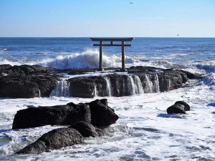 大己貴命(おおなむちのみこと)と少彦名命(すくなひこなのみこと)という神様が降り立った聖地といわれる大洗海岸。その大洗海岸の岩礁に建てられているのが、大洗磯前神社の「神磯の鳥居」です。岩礁に当たる白波の迫力には圧倒されます。神磯の鳥居越しに見られる日の出は絶景ですよ。