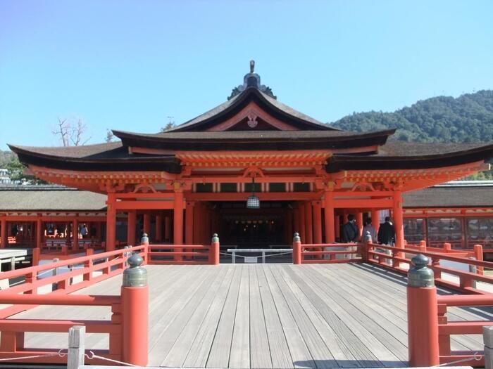 心願成就を始めとして、さまざまなご利益がある厳島神社。世界遺産の迫力と、水上に立つ大鳥居から強力なパワーをいただけますよ。