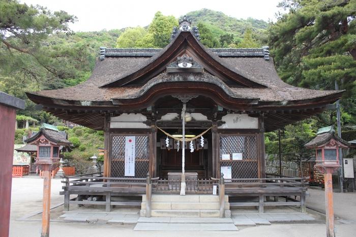 白髭神社は、その名の通り、延命長寿や長生きの神様として知られています。境内には、紫式部や松尾芭蕉、与謝野鉄幹・晶子夫妻など著名な歌人の歌碑が数多くあります。