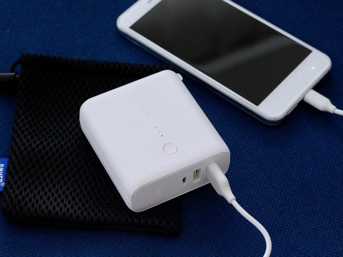 「モバイルバッテリー」は情報収集、連絡の手段としてマストで持っておきたい、スマホの命綱。いざというときに放電されていたり、未充電となると意味がないので、普段使いしながら携帯するように。こまめな充電を習慣にしましょう。