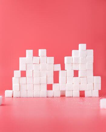 春雨はヘルシーで低カロリーなので、ダイエット中に嬉しい食材であるものの、意外にも糖質量が多いのです。  こちらも1食分(ゆでた状態)だと10~20gで、糖質量は約8~19gになりますので食べ過ぎには注意しましょう。その他、調味料に含まれる糖分も忘れないようにしてください。春雨は、カロリーと糖質をトータルで考えると良いでしょう。