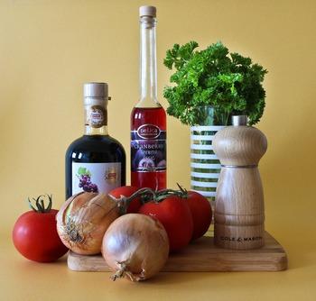濃厚で甘い「バルサミコ酢」。お料理本を引っ張り出してイタリアンや洋風レシピを作る時に買って、その後冷蔵庫で眠っていたりしませんか?