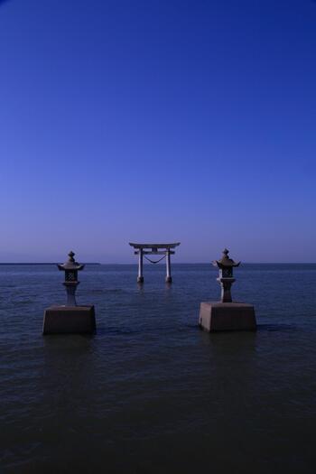 海の上に浮かぶ鳥居と、2本の灯篭が置かれている永尾劔神社。神様がエイに乗って降り立ったという伝説があり、「エイの尾」から「永尾(えいのお)」という社名がつけられました。干潮時には歩いて鳥居まで行くことができます。