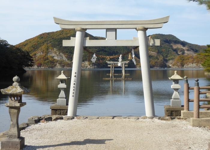 和多都美神社には5つの鳥居がありますが、そのうち一の鳥居と二の鳥居が海上にあります。海上鳥居の奥には竜宮の門があるという伝説もあります。