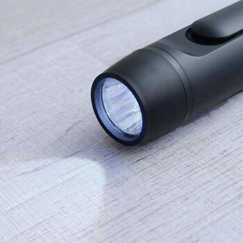 ミニ懐中電灯や、キーホルダー状のLEDライトなども、ホイッスル同様すぐに取り出せる場所にあるといいですね。  電池交換ができるタイプのものは、交換用の電池もいくつか持っておくとベターです。