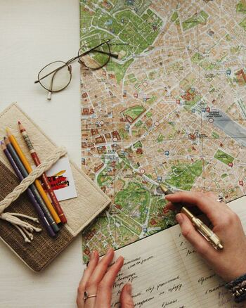 一人暮らしさんや、土地勘に自信がない方には、自宅へのルートがわかる地図を用意しておくことをおすすめします。  スマホの電源がオフになってしまったら、Google マップを確認できず、アナログな物しか頼れないですよね。  毎日「会社⇔自宅」と、決まったルートを行き来しているという方が多いのではないでしょうか。それはつまり、万が一の時の帰宅ルートを予め把握しやすいともいえます。  地図にルートをマークしておけば、電車などから会社から歩いたり、途中駅から自宅を目指す際にも安心です。