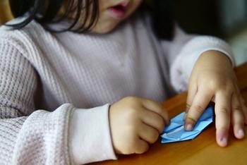 退屈したり、気持ちが不安定になってしまうことも多い子どもたち。ちょっと気が紛れるようなおもちゃがあると安心です。折り紙やシールなら、薄くてかさばらず持ち運びの面でも◎ですね。  折り紙は少し折りたたんで持ち運んでもいいですね。お絵描き用の紙としても使えます。