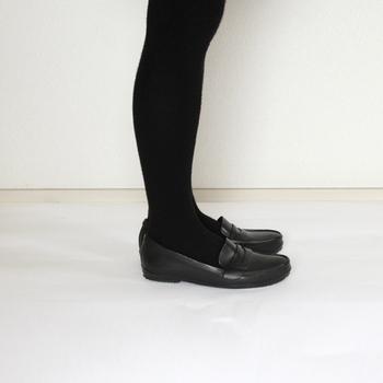 トラッドな印象のローファーのレインシューズなら、ビジネスやフォーマルシーンとも相性が良く、雨の日の靴選びの心配が解消されます。長靴タイプよりも気軽に履くことができるから、コーディネートに馴染みやすいですね。