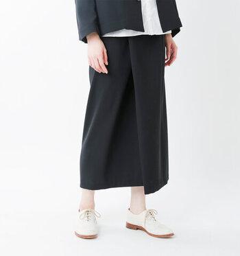 上品な生地感で作られた黒のラップスカートは、フォーマルなシーンでも大活躍してくれる一枚。ウエストはゴムになっているので穿きやすく、ジャケットやブラウスと合わせてもサマになります。
