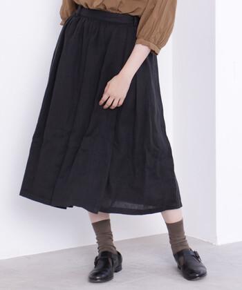 通気性の高いフレンチリネン素材で作られたラップスカートは、ロングシーズン着用できる優秀アイテム。春夏には一枚で、秋冬にはタイツやボトムスと合わせて、さまざまな着こなしが楽しめます。