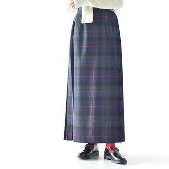 ウール100%を高密度に織り上げ、滑らかでハリのある生地感が上質な印象を与えるラップスカートです。季節感たっぷりなキルト生地で、暖かさも抜群な一枚。バックスタイルはプリーツデザインになっていて、体型カバーにも一役買ってくれます。