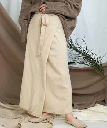 ニット素材のラップスカートは、さまざまなテイストで着こなせる優秀アイテム。ラップ部分は左右好きな方で着用できるので、トップスやシューズに合わせてスタイリングを調節できるのが魅力です。ストレートシルエットのスカートの上に布を被せているので、捲れて中が見えてしまう心配もありません。