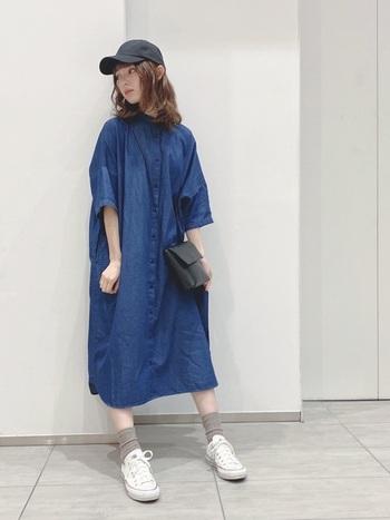 潔いブルーが素敵なデニムのシャツワンピースは、コーディネートの主役にぴったり。1枚で着て、ゆったりとしたシルエットが活きていて素敵です。キャップやバッグは黒で引き締めて、足元に明るい色のアイテムを合わせているのもとてもおしゃれですね。