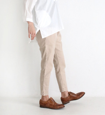 大人に似合う定番配色。「白×ベージュ」のおしゃれな着こなし