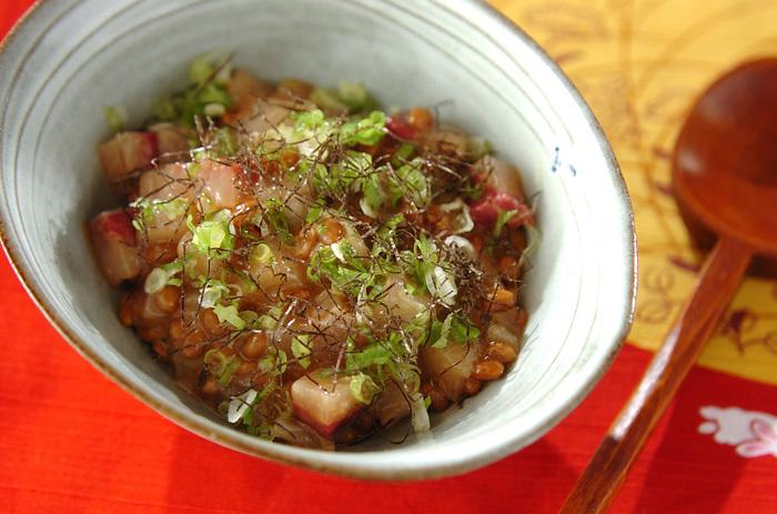 ひとくち大に切ったはまちを納豆とわさび醤油で和え、ごはんをよそったどんぶりに盛りつけます。ねぎや刻みのりをちらせば、さっぱり食べられる和風丼のできあがり!