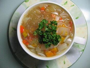 こちらは、人参、かぼちゃ、玉ねぎがたっぷり入った春雨スープです。野菜は残り物などを使って、気軽にアレンジできます。味付けはコンソメと塩コショウでOK。仕上げにパセリを乗せましょう。そのほか、ドライハーブなどでお好みで香り付けも楽しんでみて♪