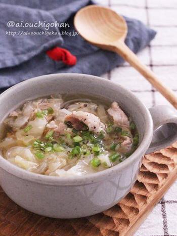 こちらは、ランチやディナーにもおすすめの春雨スープです。豚こま肉が入って食べ応え◎キャベツとネギは切っておきましょう。とりがらスープの素に、醤油、オイスターソース、ニンニクも加えたこだわりのスープ。お肉を入れたら、アクを取りましょう。仕上げに塩コショウで味を調えて♪