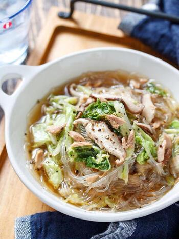 お肉がないときには、ツナ缶でボリュームを出す方法も♪こちらは、ツナと白菜、しいたけの春雨スープです。とりがらスープの素と醤油、オイスターソース、ショウガなどの入ったスープを作ったら、春雨を半分に切ってから入れましょう。ツナ缶の中身は全部投入するのがコツです。