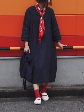 こちらのコーディネートも、差し色が印象的でおしゃれです。ネイビーのシャツワンピースに、赤いストールや靴下を合わせてアクセントに。シャツワンピースのシンプルさをより引き立てる、素敵な着こなしです。