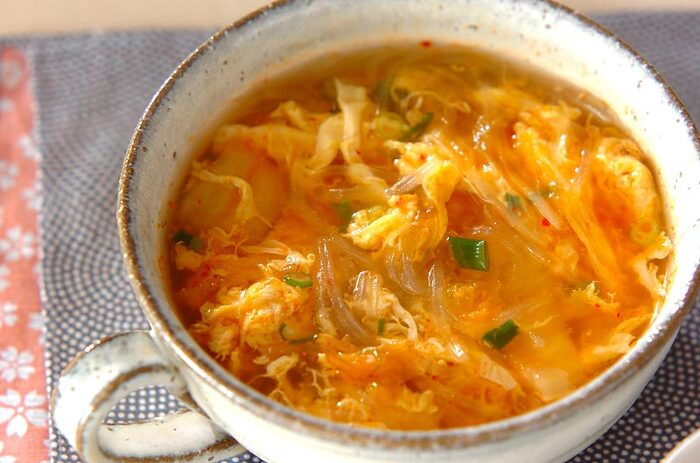 少しパンチが欲しいなぁ、というときにはコチラ。キムチ入りの春雨スープです。白菜がなくても、白菜キムチがあれば代わりに使えるので便利。キムチは汁ごと加えましょう。春雨を煮たら、とろみ付けなしで卵を加えます。卵がふんわりしたら火を止めて、ネギを加えてひと混ぜするのがポイント。