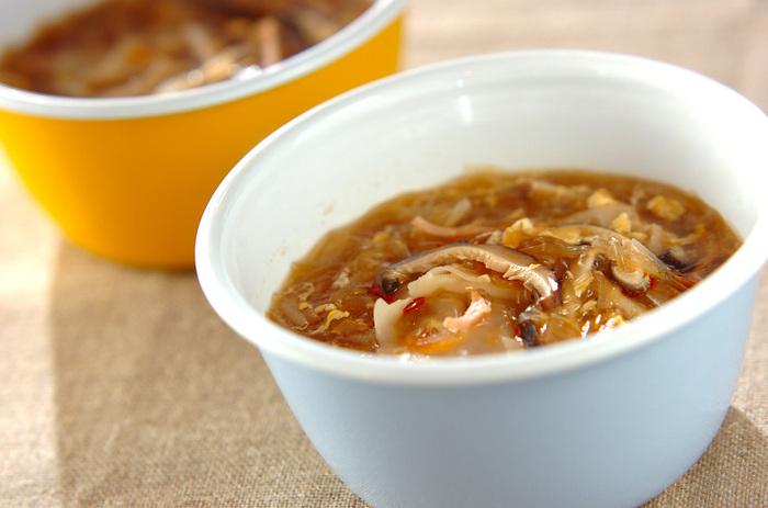 ワンタンの皮が残っていたら、ぜひ挑戦してほしい春雨スープのレシピ。何も包まずに入れるので、とっても簡単ですよ。干ししいたけの戻し汁はスープに使うので、捨てないように気を付けて。春雨と野菜が煮上がってから、ワンタンを加えて塩コショウで味を調えます。最後に溶き卵を回し入れたら完成♪