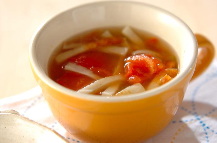 あっさり味が恋しいときには、こちらの春雨スープがおすすめ。トマトの酸味がほどよいアクセントになったさっぱりとした仕上がり。トマトとちくわのコンビもユニークな一品です。まず春雨とちくわをスープで煮て、トマトを加えてからはひと煮立ちでOK♪