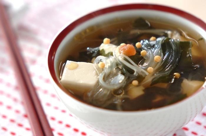 こちらはちょっぴり変わり種♪梅干しの入った春雨スープです。トマトとはまた違うさっぱり感を味わって。だしいらずのレシピで、野菜を水で煮てから、薄口醬油とみりん、梅干しのみで味付けします。春雨はワカメと一緒に加えてOK。コンソメもとりがらもなくても美味しい春雨スープが完成します。