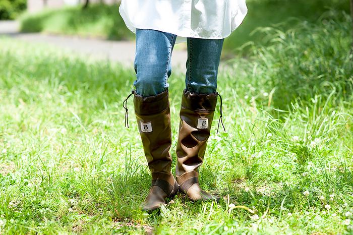 本体は薄手のゴム素材で、履き口を紐で調節できる仕様。足首でくしゅっとさせて短めにも履けるので、外履きだけでなく蒸れる室内でも快適に過ごせます。柔らか素材でコンパクトに折りたたんでポーチに収納できるので、雨の日に履いて行って、目的地に着いたら他の靴に履き替える、なんてことも可能。家での収納もスペースを取らず便利です。