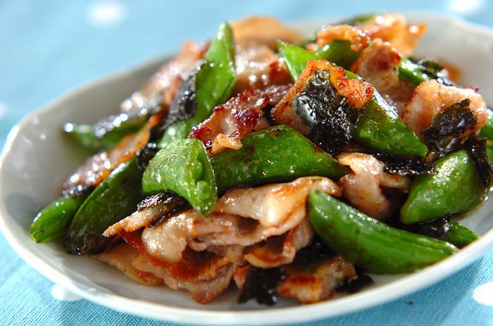 スナップエンドウと豚肉、焼き海苔をつかって、シンプルな炒め物に仕上げています。それぞれの素材の持つ旨みをしっかりと感じられる滋味あふれるおかずです。