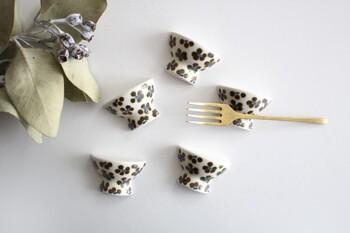 茶碗の形を模した、ユニークなデザインの箸置き。つるんとマットな肌触りで、手仕事ならではの温かみを感じられるアイテムです。お茶碗の前に置くだけで、遊び心たっぷりな食卓を演出できますね。