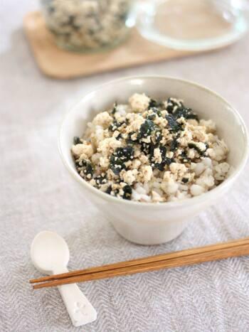 豆腐、海苔、ごまというヘルシーな食材の組み合わせで作った、栄養満点のふりかけです。食べごたえもあり、タンパク質も摂れるので、小腹を満たしてあげたい子どもにもおすすめです。