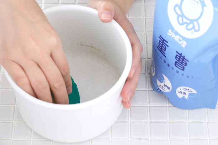 1974年以来無添加にこだわった石けんを製造・販売している「シャボン玉石けん」。「重曹」は汚れに直接降りかけて鍋の焦げを落としたり、茶渋とりなどに使えるほか、キッチン周りの油汚れを落とすのに活躍してくれます。消臭効果もあるので、小さな容器に入れて匂いが気になる冷蔵庫や靴箱に置いたり、生ゴミに振りかけておくのも効果的。