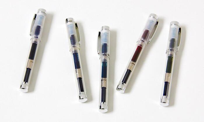 ボールペン派さんには、こちらがおすすめ。こだわりの万年筆用インクを入れて使用できる、カキモリオリジナルのボールペンです。インクを楽しむ万年筆の魅力と、ボールペンならではの手軽さを併せ持つアイテム!クリアボディを採用しているので、インクの色を楽しむこともできます。