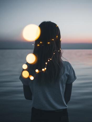 """この先、何かいいことがあるかもしれないと夢見ることは、何気ない日常に隠れたワクワクを探すことに似ていませんか?""""あの時夢を見ていなければ出会えなかった""""、そんな素敵な偶然があなたを待っているかもしれません。"""