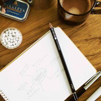 鉛筆と言えばやっぱり「トンボ」。創立55周年の記念に作られた「MONO100(モノ100)」は、シリーズ最高級との呼び声が高い鉛筆です。ブラック×ゴールドの配色が、シンプルでかっこいい◎メモ書きやスケッチなどはもちろん、職場にも持って行ける1本です。