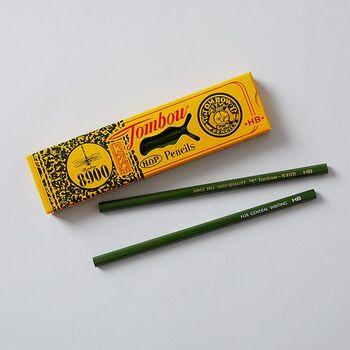 トンボ鉛筆なら「8900」もおすすめ。事務用や学習用鉛筆のスタンダードモデルとして、1945年の発売以来、広く親しまれています。学生時代に使っていた!という方も多いかもしれませんね。12本セットなら箱付き。発売当初からほんとど変わっていないレトロなデザインが素敵です。