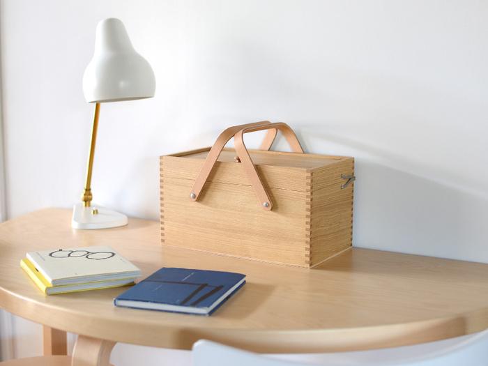 こまごまとした裁縫道具を効率よく、しかも綺麗に収納するための理想のソーイングボックスは、いざ探そうとするとなかなか見つからないものです。こちらは栗材を使った少し大きめの裁縫箱。伝統的な木工技術の「石畳組み接ぎ」で組まれていて、柔らかい印象の持ち手デザインを含め、見た目にもとても美しいのが特徴です。