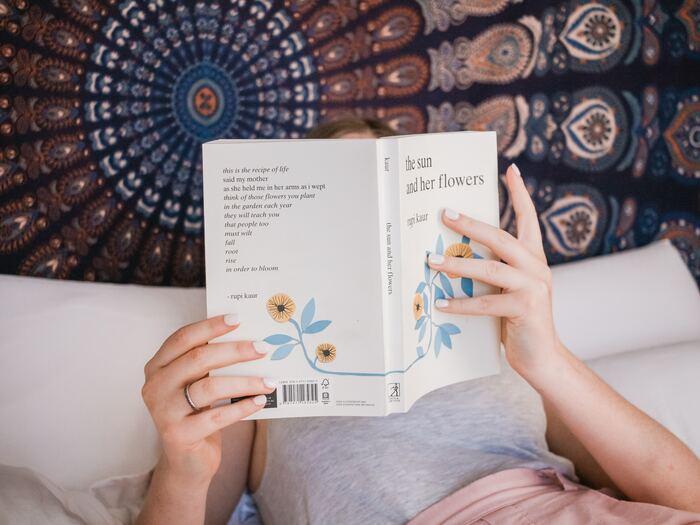 通勤や通学の電車、お昼休み、睡眠前のちょっとしたなどの隙間時間に、洋書を読んでみませんか?洋書と聞くとなんだか難しいイメージがありますが、実際は初級レベル~上級者レベルまで細かくレベル分けしている出版社もあります。自分に合ったものを選べば、気軽に読む事ができるのです。